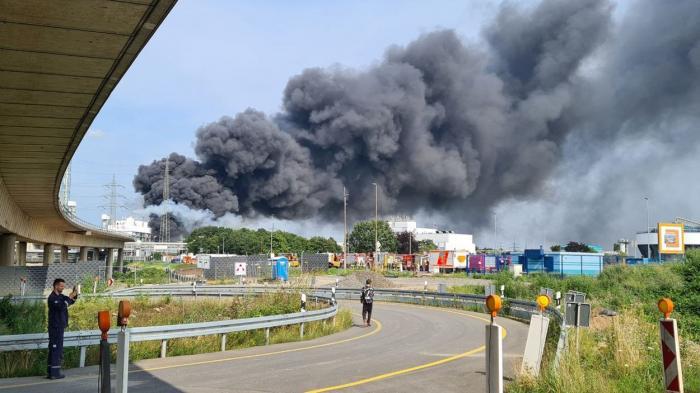 """Explozie puternică la fabrica Bayer din Leverkusen. Oamenii, alertaţi printr-un mesaj să nu iasă din case: """"Pericol extrem"""" - VIDEO"""