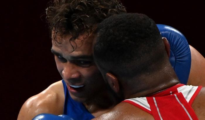 Reacţii bizare la Jocurile Olimpice. Un boxer marocan a încercat să îşi muşte adversarul de ureche, în timpul meciului. VIDEO