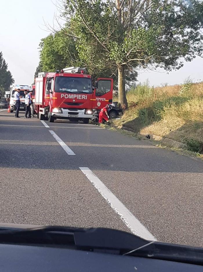 VW făcut praf într-un copac pe un drum din Bacău, trei tineri au murit pe loc. O fată de 23 de ani, singura supraviețuitoare