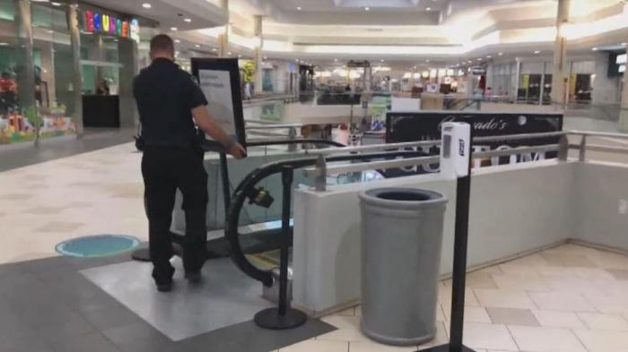 Un băiețel de doi ani a murit după ce a căzut din brațele tatălui său, când coborau pe scările rulante dintr-un mall din SUA