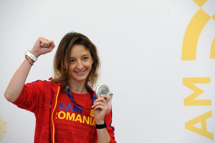 Scrimera Ana-Maria Popescu, medaliata cu argint in proba feminina individuala de spada la Jocurile Olimpice de la Tokyo, revine in tara