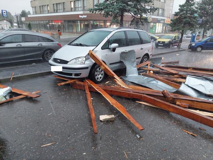 Momentul în care acoperișul unui bloc din Fălticeni s-a desprins și a căzut peste mai multe mașini, după o furtună puternică
