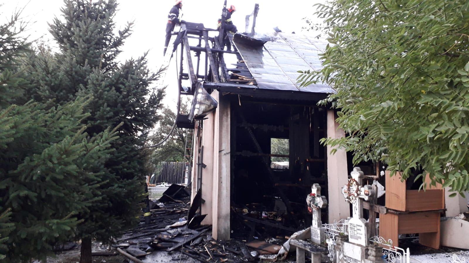 Biserica din Răstoaca a ars în totalitate