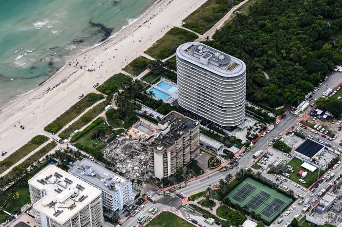 Fetiţa de 7 ani a unui pompier din Miami, găsită moartă sub dărâmăturile blocului prăbuşit. Mama, mătuşa şi bunicii, încă dispăruţi. Bilanţul a ajuns la 22 de morţi