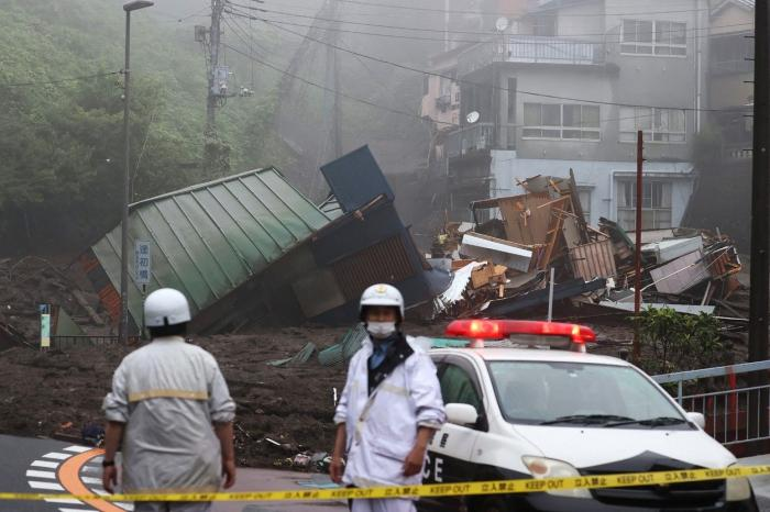 Case și mașini înghițite de un val de noroi, în Japonia.