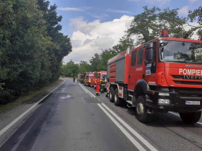 Șofer de TIR găsit mort în cabină, după ce s-a răsturnat cu autotrenul pe DN7 Deva-Arad, în apropiere de Bârzava