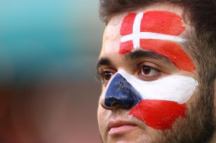Un suporter pictat pe față cu steagurile Cehiei și Danemarcei