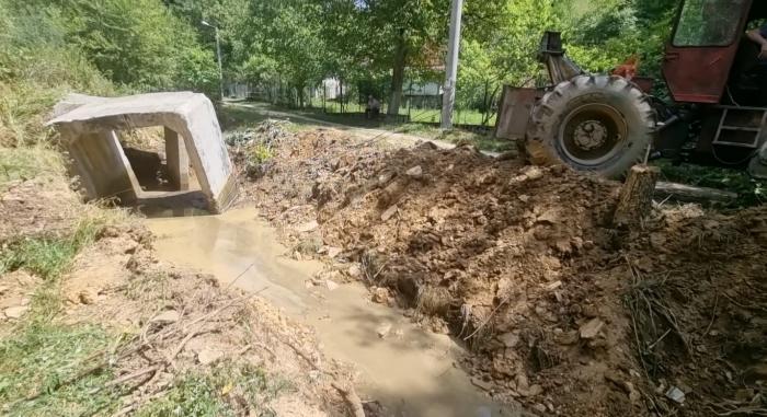 Un hunedorean s-a apucat să construiască un pod peste râul din sat. A săpat în drum, ca să mute cursul apei după bunul plac