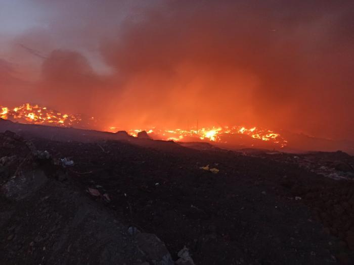 Incendiu la o groapă de deşeuri din Arad. În acelaşi loc s-a produs un incendiu şi în urmă cu trei zile
