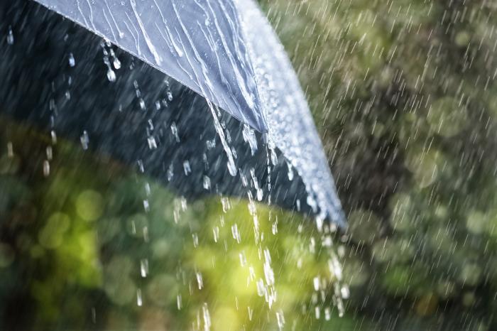 Cod portocaliu de ploi torențiale, în șapte județe, valabil până marți, la ora 10:00