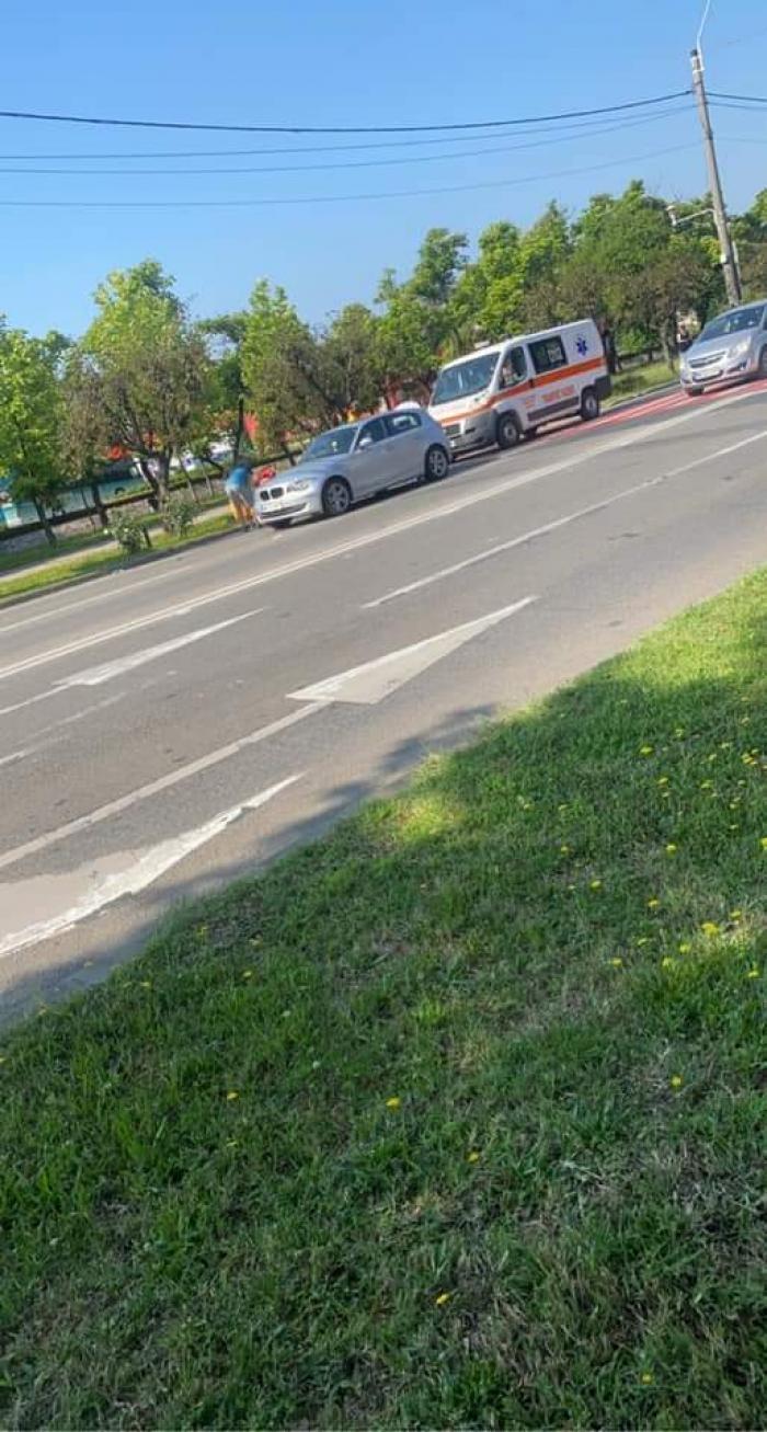 Cărucior împins de mamă, lovit de un BMW pe o trecere de pietoni din Baia Mare. Copilul a fost dus la spital
