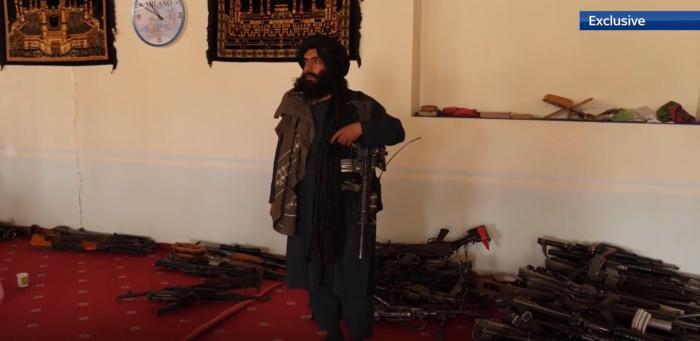 Talibanii fac paradă cu armele capturate după retragerea soldaților americani: se laudă cu zeci de Humvee-uri