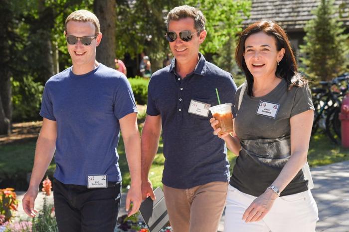 Mark Zuckerberg, Dan Rose și Sheryl Sandberg la Conferința  Sun Valley din iulie 2018
