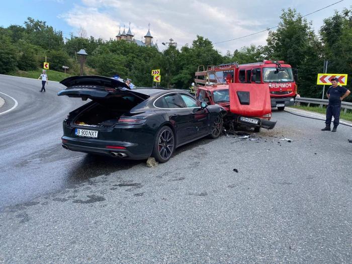 O Dacie Papuc fără frâne s-a înfipt într-un Porsche Panamera, la intrarea în Huşi. Maşinile s-au ciocnit frontal