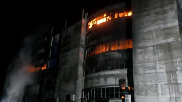 Cel puţin 43 de morţi și 30 de răniţi într-un incendiu la o fabrică în Bangladesh. Muncitori au sărit pe geam. VIDEO