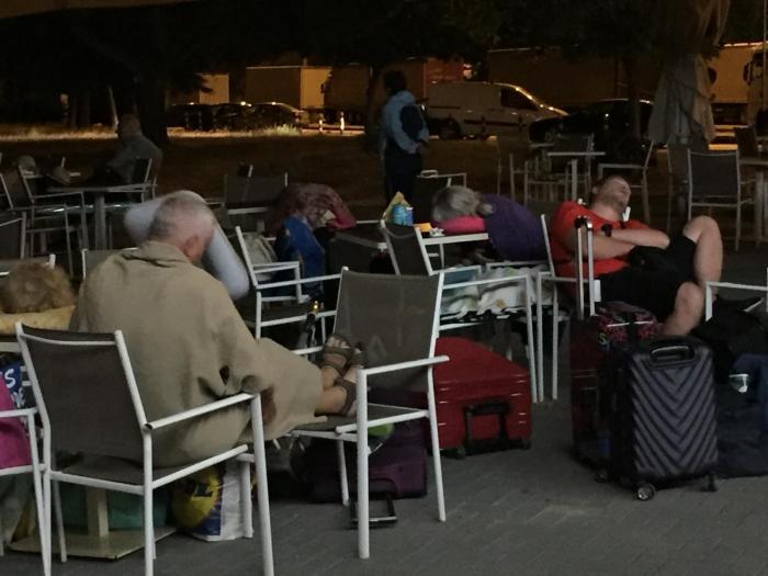 """Zeci de români au făcut noapte albă în Vama Kulata, așteptând un autocar să îi aducă acasă: """"Au dormit pe scaune, mese sau ciment"""""""
