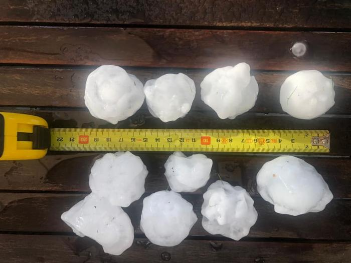 Grindină uriașă, cât mingea de tenis, în Italia. Bucățile mari de gheață au făcut ravagii în provincia Pordenone