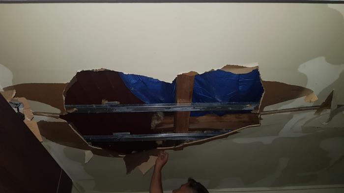 Bucăți din acoperișul unui bloc s-au prăbuşit în baia unui dejean, în timpul furtunii de Cod roșu de sâmbătă seară