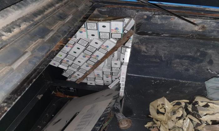 Autocar defect plin cu ţigări de contrabandă, descoperit în Vama Stânca