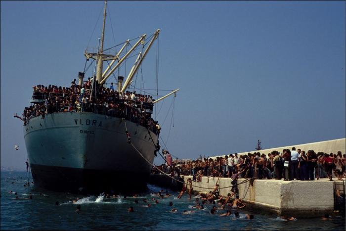 """30 de ani de la """"invazia"""" migranților albanezi în Bari. Cum a ajuns o navă cargo cu 20.000 de oameni în portul italian"""