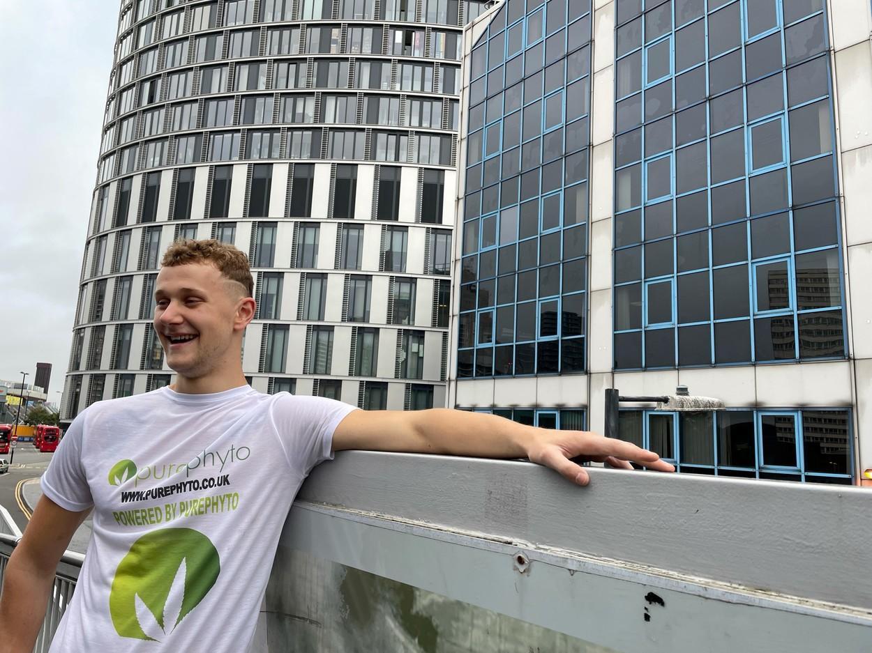 Un tânăr a escaladat un imobil de 23 de etaje, din Londra, fără echipament de protecţie. Mesajul transmis
