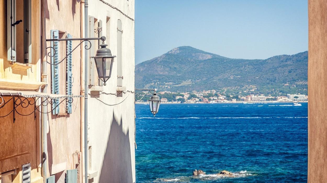 Hollywood-ul s-a mutat, pe timpul verii, pe Coasta de Azur. Vedetele își petrec vacanțele de lux pe riviera franceză