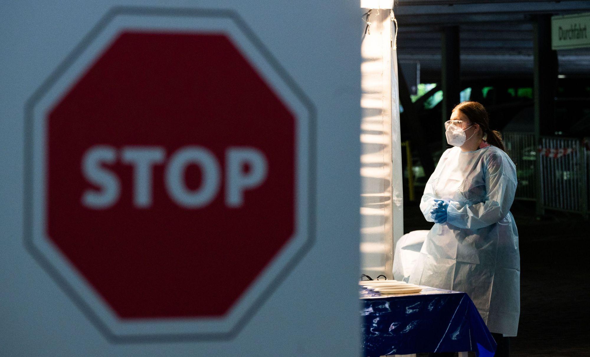 Testare coronavirus din maşină şi un semn de stop
