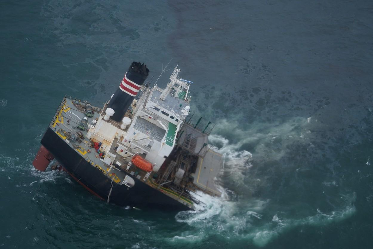 Un cargou sub pavilion panamez s-a rupt în două, în nord-estul Japoniei. Tot petrolul s-a scurs în mare