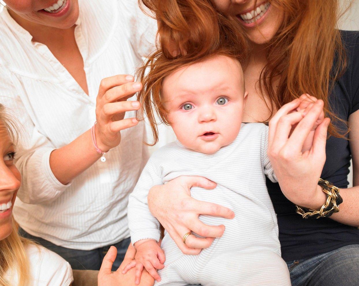 O femeie a devenit mamă după ce una dintre surori i-a donat un ovul, iar alta i-a devenit mamă surogat