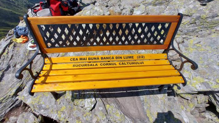 """Imaginea zilei în România: o bancă a fost montată în Munţii Făgăraş, la 2.500 de metri. Salvamontul, reacţie categorică: """"Nu poate să pună pe un traseu montan fiecare ce mai are pe acasă"""""""