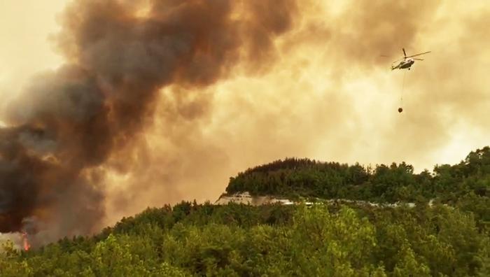 Sute de turişti au fost evacuaţi în urma incendiilor devastatoare
