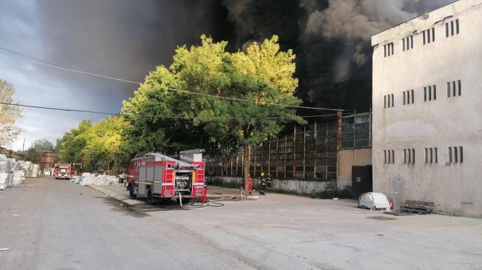Incendiu la o hală de producție a polistirenului, mesaj Ro-Alert pentru degajarea de fum