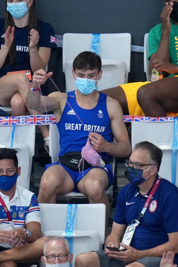 Olimpicul Tom Daley este pasionat de croşetat