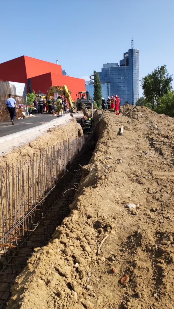 Accident grav pe un șantier din Capitală. Un mal de pământ s-a prăbușit peste mai mulți muncitori. O persoană a fost găsită moartă. VIDEO