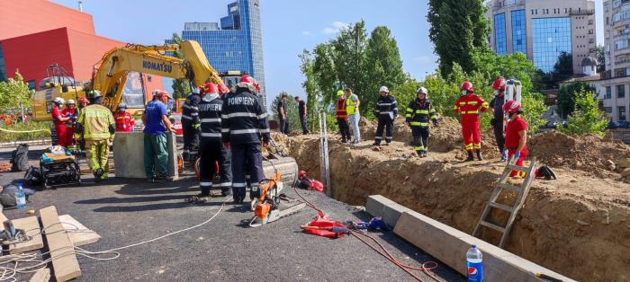 Trei muncitori au fost prinşi sub un mal de pământ, pe un şantier de lângă Biblioteca Naţională din Capitală.