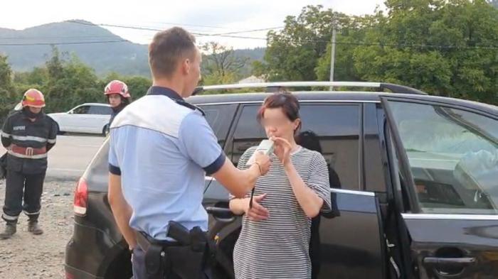 """O şoferiţă beată din Neamţ a băgat trei oameni în spital. Abia putea să sufle în etilotest: """"Nu mai pot aşa! De unde, Doamneiartă-mă, să am atâta aer?"""""""