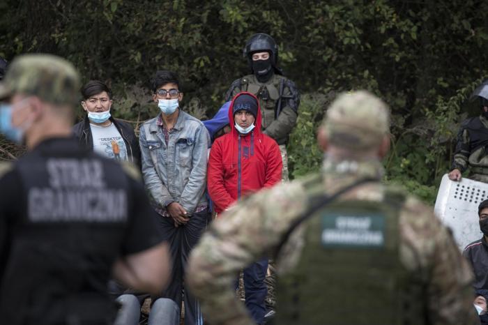 Belarus se răzbună. Cum aduce migranți cu avionul din Siria, Afganistan și Africa de Vest și-i împinge peste graniță în UE