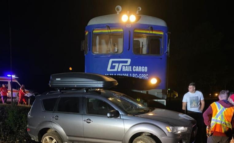 Maşină izbită violent de un tren încărcat cu GPL. Şoferul nu s-ar fi asigurat la traversarea liniilor