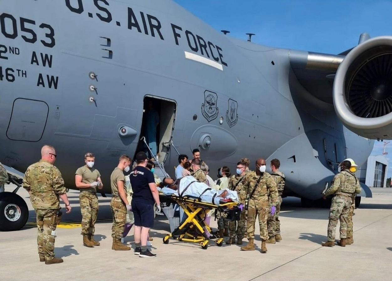 Mama și bebelușul ei sunt scoase din aeronava militară americană