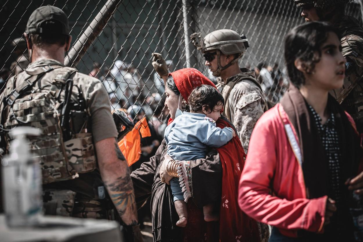 Refugiați afgani evacuați cu avioane militare din Kabul