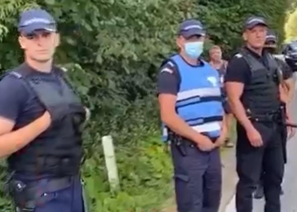 Scandal cu mascați în Telciu. Localnicii, furioși că tarifele furnizorului de apă potabilă sunt mari, la un pas să-l linșeze pe directorul firmei