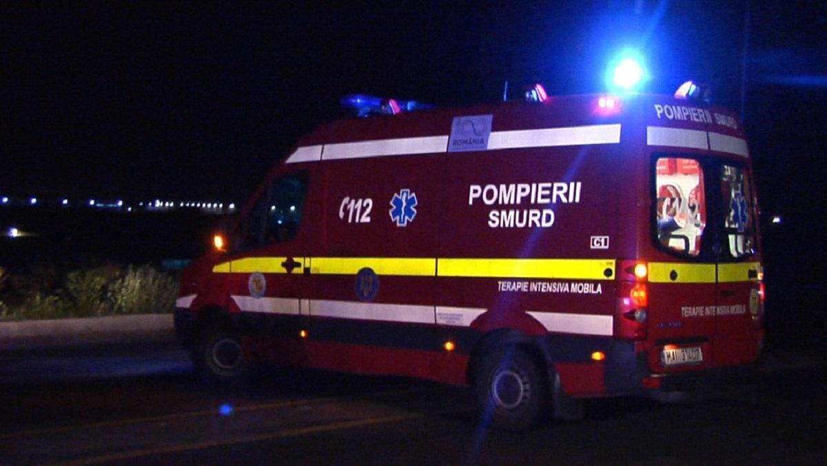 Căruţă, spulberată de o maşină condusă de un tânăr de 21 de ani în Prahova. Calul a murit pe loc, cei doi bărbaţi din atelaj sunt în stare gravă
