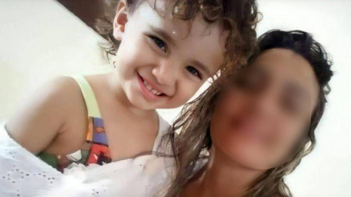 Sara Alves de Albuquerque, din Erere, în nord-estul Braziliei, alături de mama ei