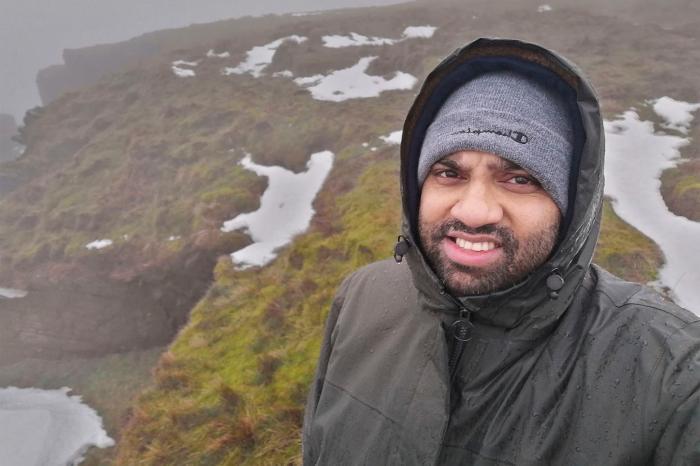 Imran Choudhury s-a filmat pe formațiunea stâncoasă Trinnacle de pe Saddleworth Moor, din Marea Britanie