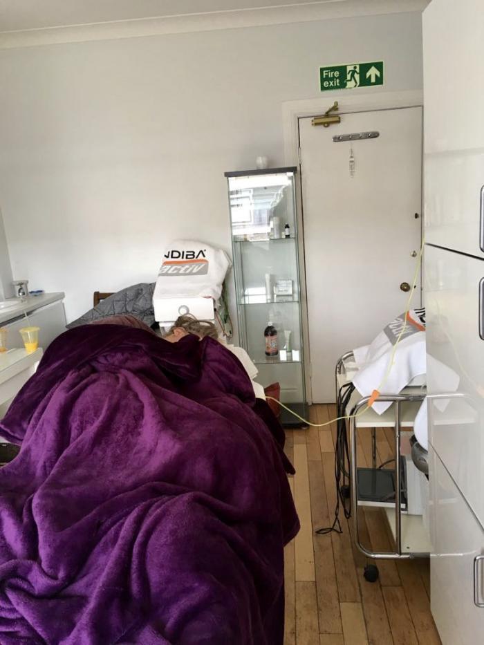 Tânără de 28 de ani, lasată în scaun cu rotile de mucegaiul din apartament, în Marea Britanie