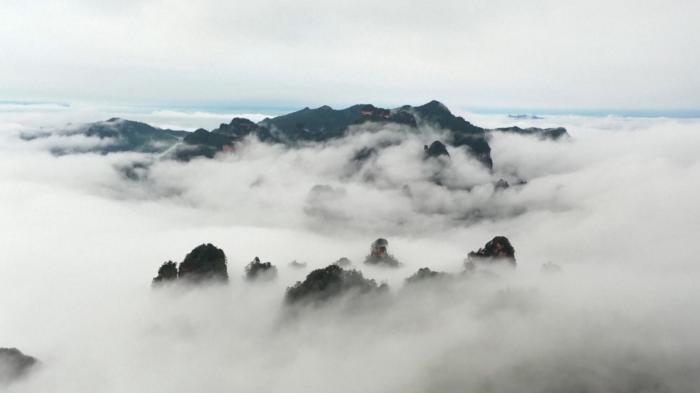 """Fenomen meteo fascinant. O""""mare de nori"""" s-a formatîn munți, într-un parc naţional din centrul Chinei"""