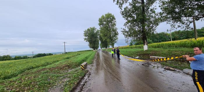 BMW rupt în două pe un drum din Iași. Mașina s-a făcut bucăți după ce a intrat cu viteză într-un cap de pod