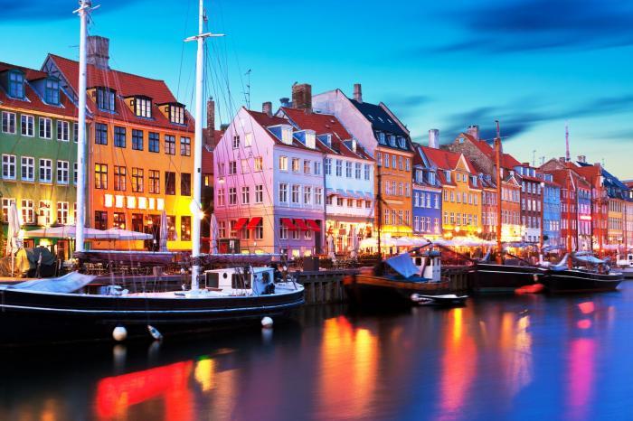 Panoramă de seară pitorească a arhitecturii faimoase a digului Nyhavn în orașul vechi din Copenhaga, Danemarca