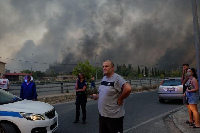 Grecia e în flăcări după cele mai mari temperaturi din istorie. Noi incendii au izbucnit în suburbiile Atenei