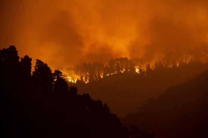 Grecia, devastată de incendii. Flăcări de peste 30 de metri au înconjurat o mănăstire de pe Evia: trei călugări refuză să plece